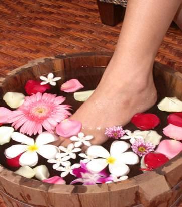 Cách điều trị táo bón: Phương pháp ngâm chân và tắm dược liệu