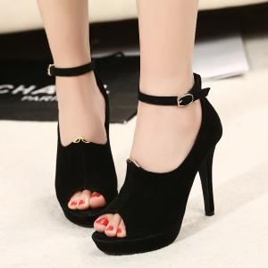 Thường xuyên đi giay cao gót sẽ khiến các ngón chân chịu áp lực lớn và gây nên bệnh loãng xương