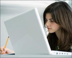 Sử dụng máy tính quá nhiều gây nên áp lực cho đốt sống cổ và dẫn đến thoái hóa đốt sống cổ
