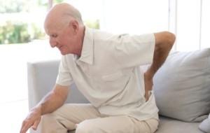 Bện loãng xương ở người già có thể bắt nguồn từ những nguyên nhân khác nhau