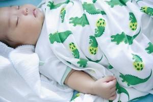 Đối phó với việc trẻ đạp chăn khi ngủ