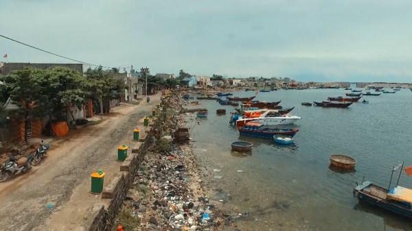 """""""Thùng rác An Trĩ Vương"""" được đặt dọc bờ biển huyện đảo Lý Sơn"""