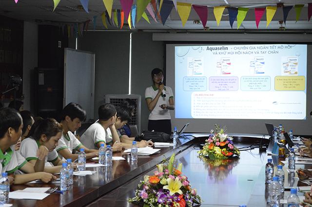 Bà Bùi Thị Thanh, Marketing phụ trách Bộ dược mỹ phẩm OCEANIC đang trình bày về sản phẩm