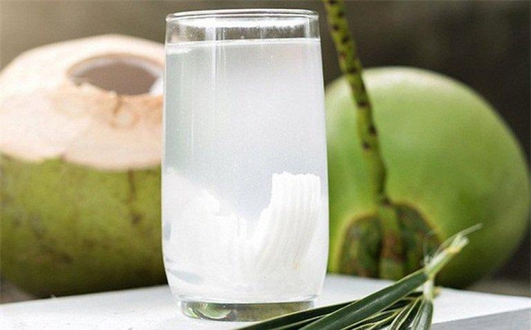 Bị tiêu chảy có nên uống nước dừa?