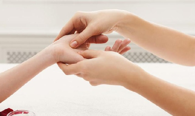 Hướng dẫn chi tiết cách xoa bóp bấm huyệt chữa tê bì chân tay