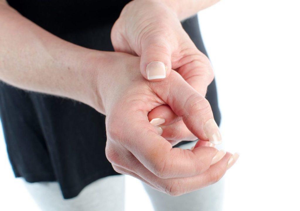 Tê bì tay trái là dấu hiệu của nhiều căn bệnh nguy hiểm