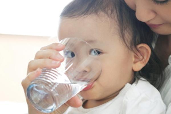 Trẻ bị sốt và tiêu chảy khi mọc răng cần uống nhiều nước hơn