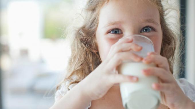 Trẻ bị tiêu chảy có nên uống sữa tươi?