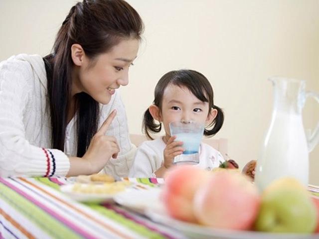 Bên cạnh sữa trẻ bị tiêu chảy cần cung cấp đầy đủ chất dinh dưỡng phù hợp