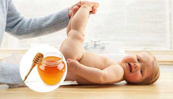 Trị táo bón cho trẻ sơ sinh bằng mật ong