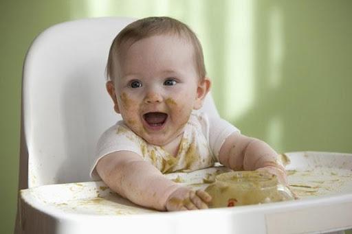 Bé 8 tháng tuổi biếng ăn