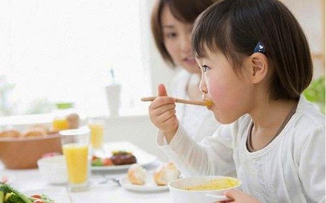 Cách chăm sóc trẻ biếng ăn