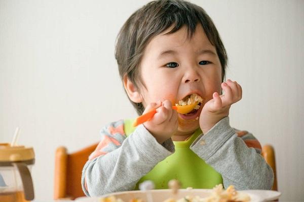 Trẻ 2 tuổi biếng ăn phải làm thế nào?