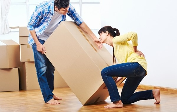 Cần làm gì khi bị đau lưng bê đồ nặng