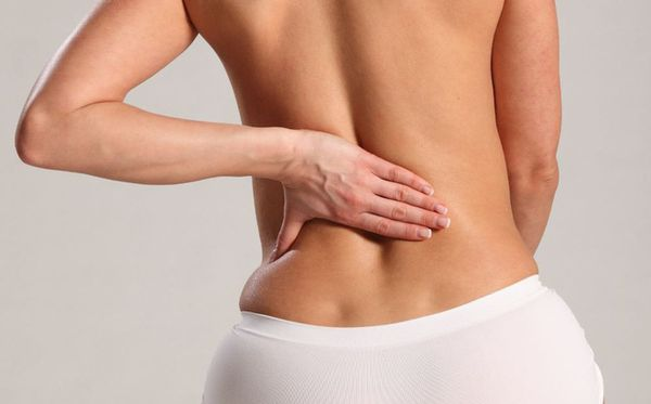 Hít thở sâu bị đau lưng xảy ra bên trái và bên phải