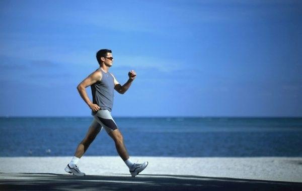 Đi bộ tập thể dụng cũng là một thói quen tốt cho nam giới để tăng cường sức đề kháng